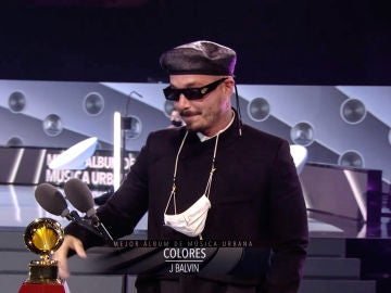 J Balvin, recogiendo un Grammy por su álbum 'Colores'