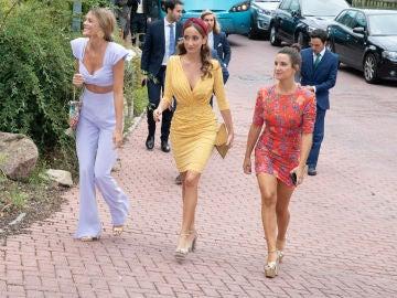 Lucía (centro) y Marta Pombo (derecha) en una boda