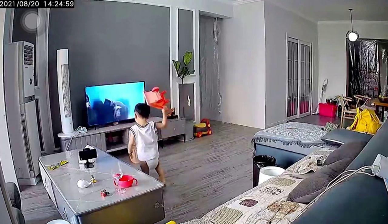 Un niño rompe la televisión al lanzar sus juguetes para intentar ayudar a su superhéroe favorito