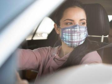 Llevar mascarilla en el coche con desconocidos es obligatorio
