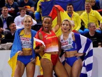 Ana Peleteiro (centro), en un evento de atletismo en Glasgow