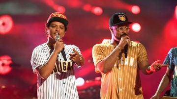 Bruno Mars durante su actuación en los BET Awards 2017