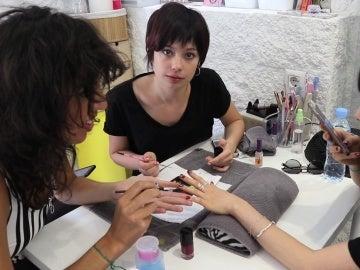 Anna Castillo aprende a pintar uñas con estilo
