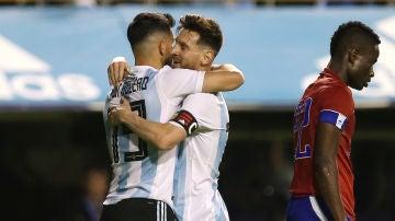 Agüero y Messi se abrazan tras uno de los goles de Argentina contra Haití