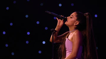 Ariana Grande actuando en los Billboard Music Awards