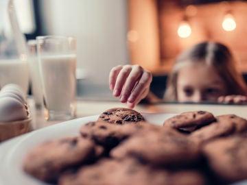 Niña comiendo galletas