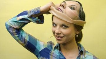 El deepfake crea una máscara virtual que posteriormente se puede implantar en otro rostro