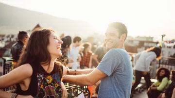 Chico y chica riendo en una fiesta