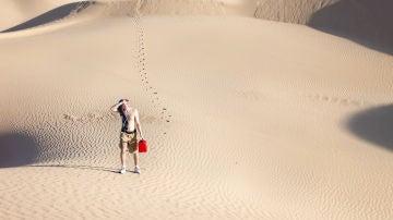 Hombre en el desierto pasando calor
