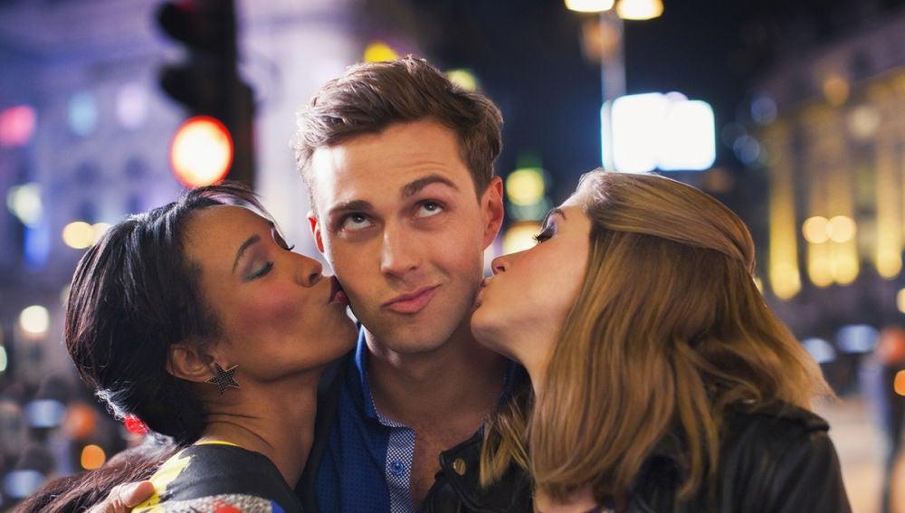 Chicas besando chicos
