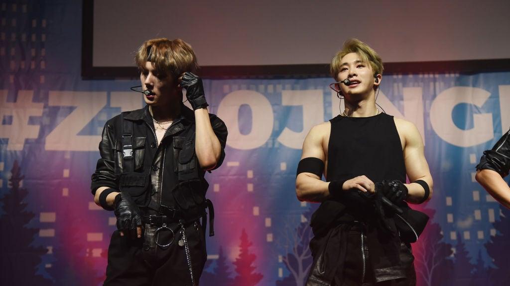 Wonho (derecha), cantante del grupo de K-pop Monsta X