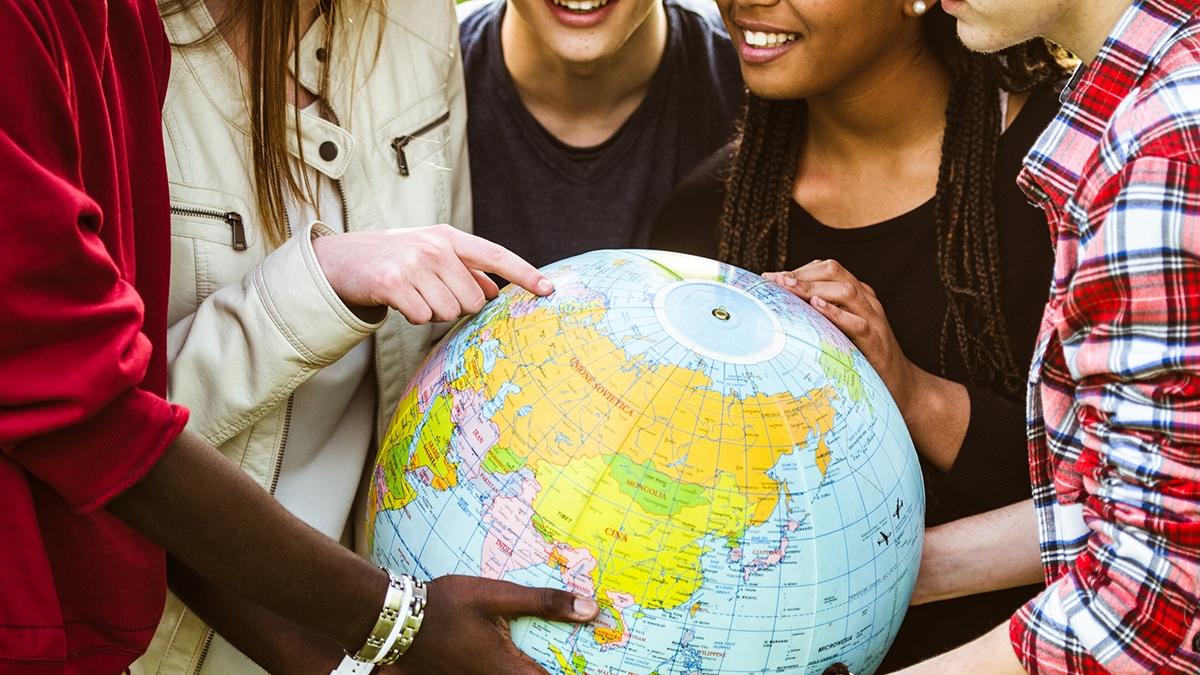 Grupo de amigos planeando un viaje