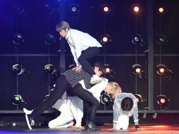 El grupo de K-Pop TXT durante una actuación