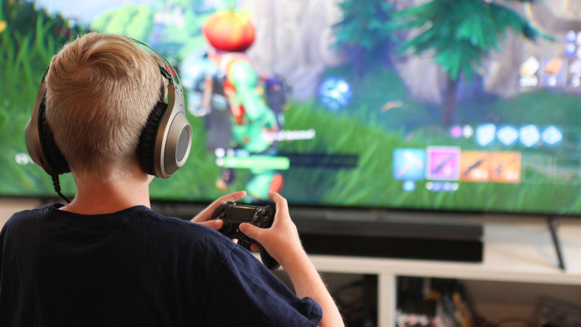Un niño juega a Fortnite