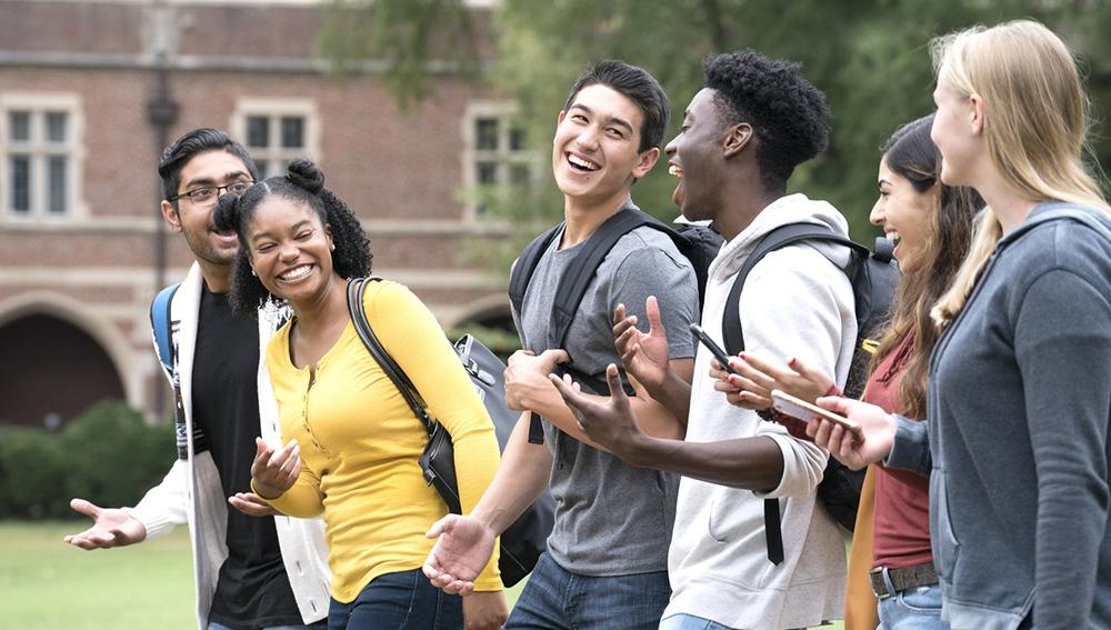 Grupo de amigos en la universidad