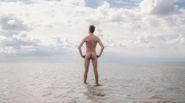 Hombre desnudo en la playa