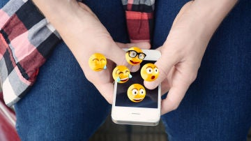 Emojis saliendo del móvil