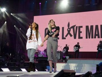 Miley Cyrus y Ariana Grande en un concierto