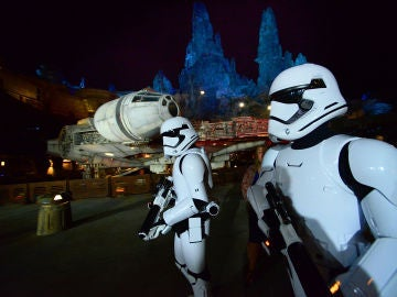 Dos stormtrooper vigilando el Halcón Milenario
