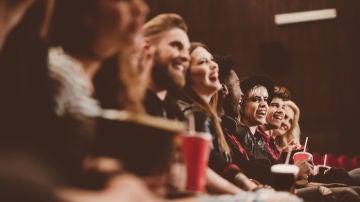 Grupo de amigos en una sala de cine
