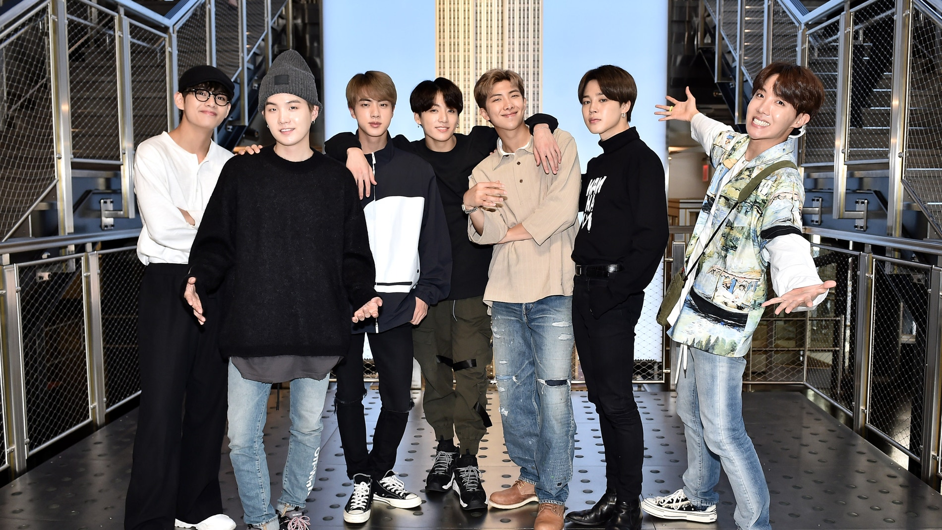 BTS posando todos juntos.