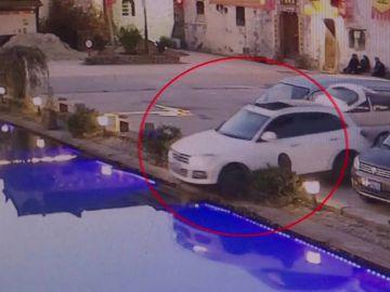 VÍDEO: Deja a su perro en el coche y termina en el fondo de una piscina