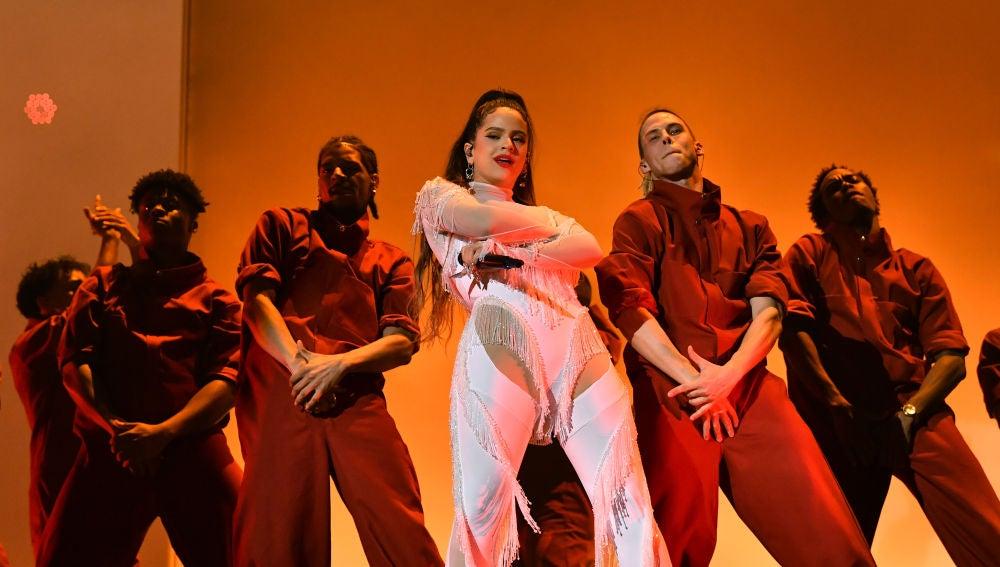 Rosalía durante su actuación en los Grammy 2020