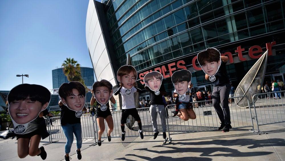 Miembros del ARMY antes de un concierto de BTS