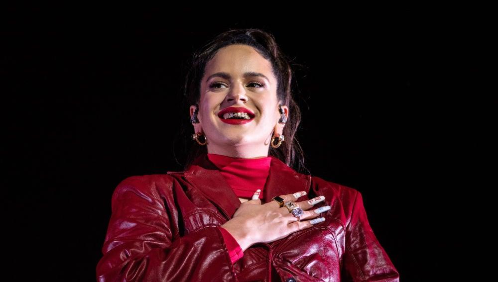 Rosalía con unas uñas donde se puede ver un escorpión
