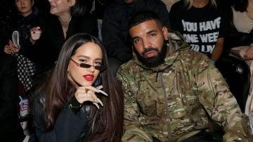 Rosalía con Drake, en un desfile de moda