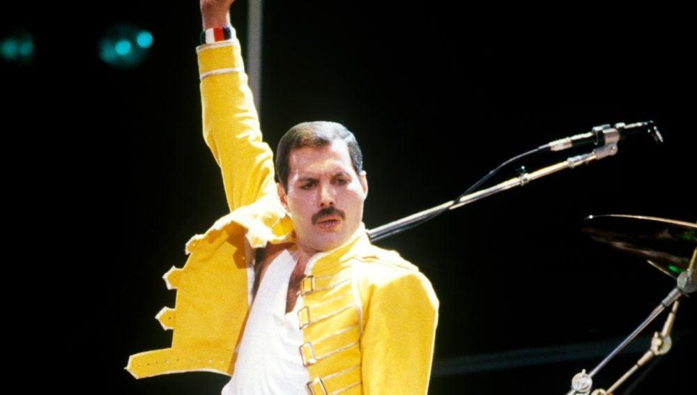 Freddie Mercury, líder de Queen, actuando en Wembley en 1985