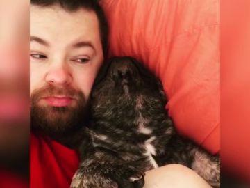 Este perro ronca como si no hubiera un mañana