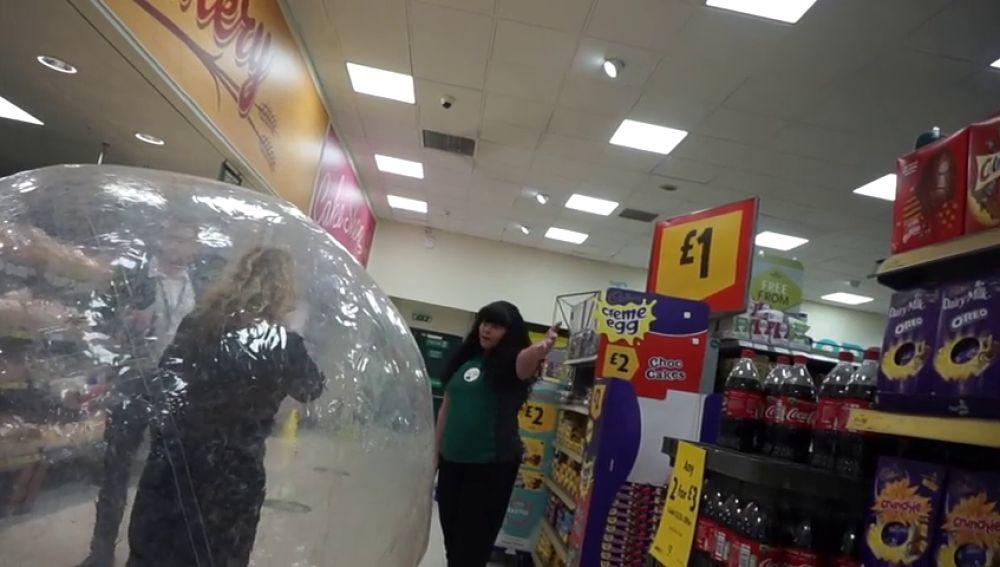 VÍDEO: Va al súper dentro de una burbuja para protegerse del COVID-19