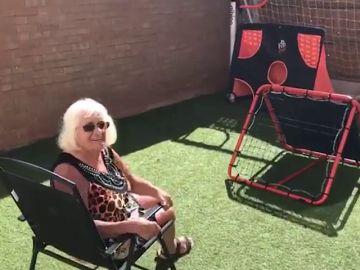 Esta abuela demuestra que es una crack con el balón