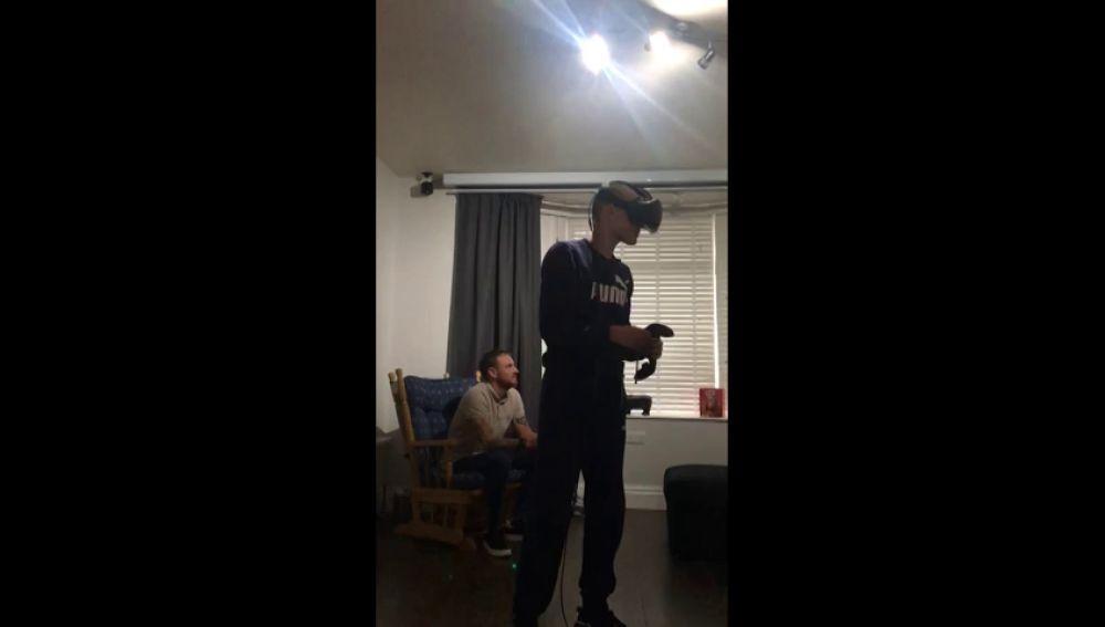 VÍDEO:Se da un tortazo épico jugando con realidad virtual