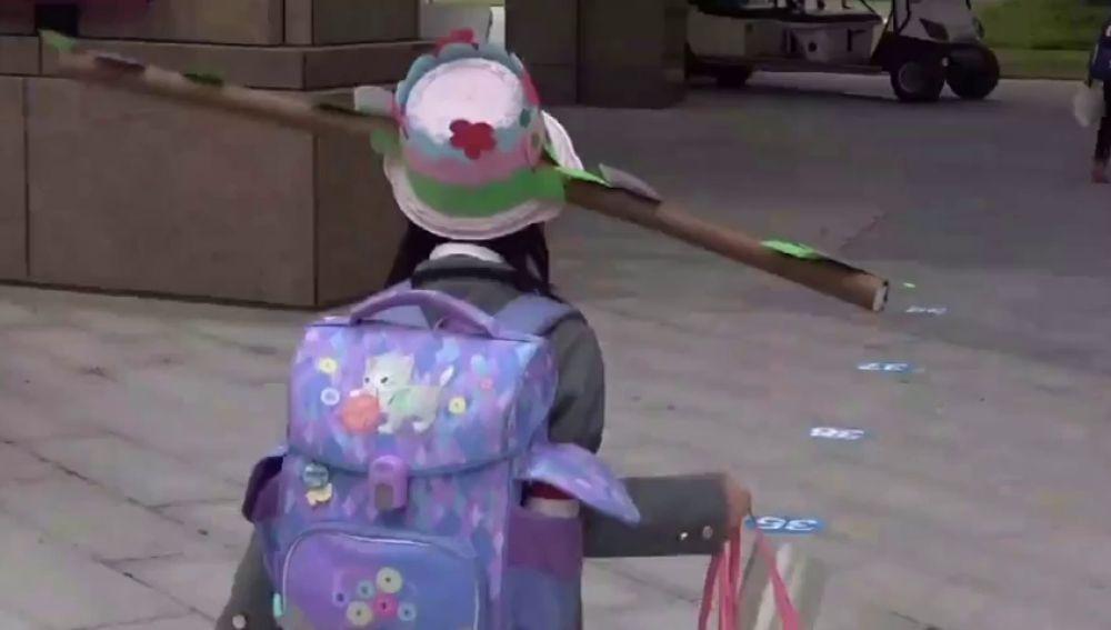 VÍDEO: Niños chinos llevan gorros de un metro para distanciarse unos de otros