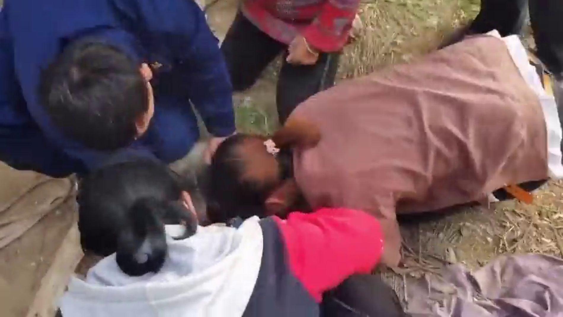 VÍDEO: Angustioso rescate de una niña que queda atrapada en un pozo