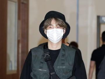 Suga, de BTS, a su llegada al aeropuerto de Seúl