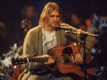Kurt Cobain durante su concierto más famoso: 'Nirvana Unplugged'