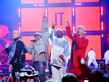 J. Balvin junto a Black Eyed Peas durante una actuación