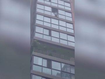 Aterrador rescate a una niña que queda colgada de un decimotercer piso