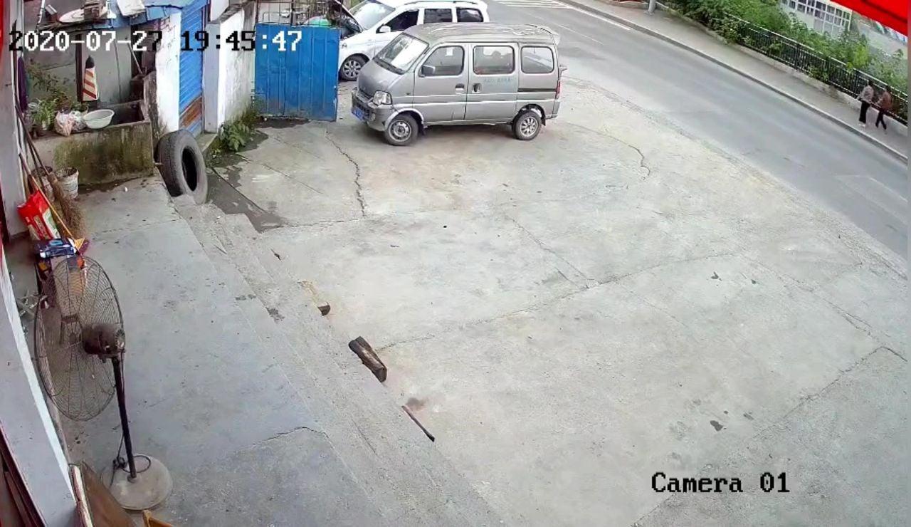 Dos peatones son engullidos de repente por el hundimiento de una acera