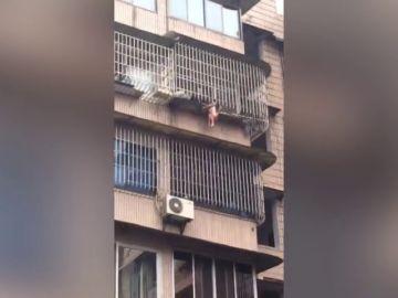 Bomberos chinos rescatan a una niña con la cabeza enganchada entre las rejas de un balcón