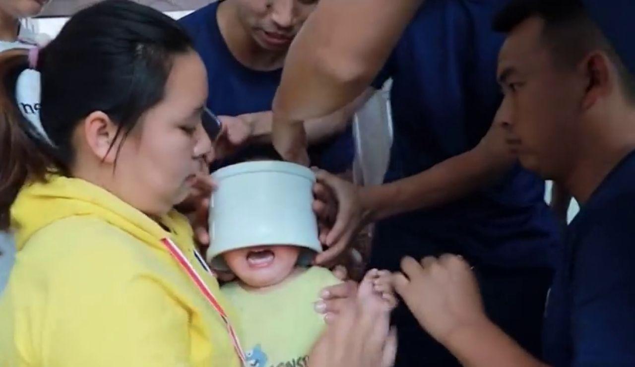Bomberos chinos liberan la cabeza de un niño de una tubería