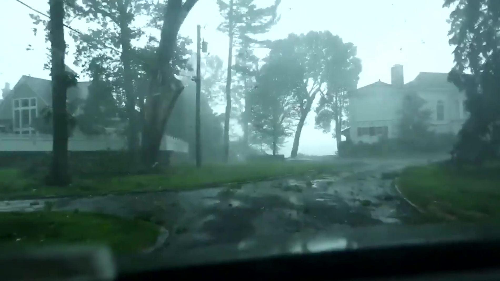 Un árbol cae sobre el automóvil de un hombre en Estados Unidos