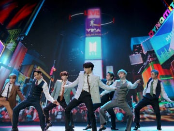 BTS cantando 'Dynamite' en los VMAs