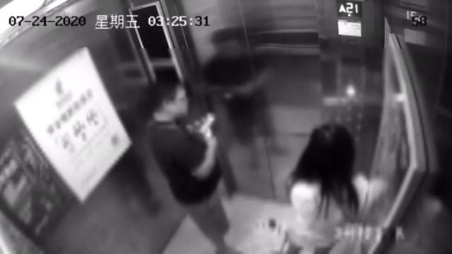 Un extraño abofetea a una chica en un ascensor