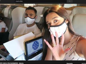 Sergi y Marta, en el vuelo de ida a Dubai.