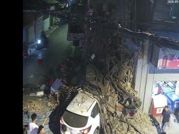 Un coche destroza una tienda al chocar con ella y provoca dos heridos