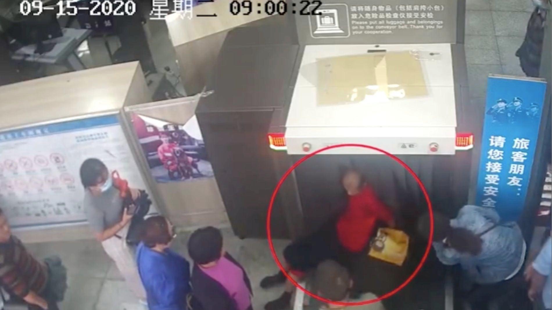 Un hombre se salta la cola subiendo a la cinta de equipaje